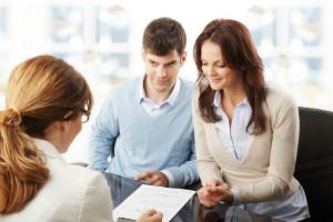 Finanzberatung wird von Banken und Versicherungen, aber auch als Honorarberatung angeboten.