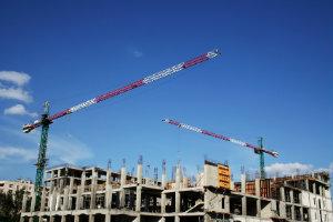 Geschlossene Fonds investieren z. B. in Immobilien und sind hochriskant.