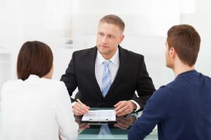 Bei einer Vermögensberatung bekommt der Kunden Finanzdienstleistungen empfohlen.