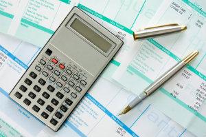 In der Lohn- und Gehaltsabrechnung meint Gehalt ursprünglich ein fixes Monatseinkommen, während der Lohn schwankend ist und auf der Anzahl der erbrachten Arbeitsstunden basiert.
