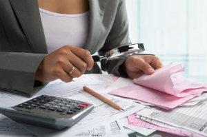 Eine externe Lohnbuchhaltung entlastet ein Unternehmen auf finanzieller Ebene und verfügt über weitere Vorteile.