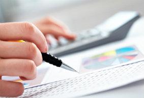 Ein Finanzmakler ist ein Handelsmakler, der Finanztitel vermarktet oder vermittelt.