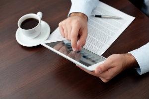 Die Online-Lohnabrechnung lässt Unternehmer auch unterwegs wichtige Informationen über ihren Betrieb einsehen.