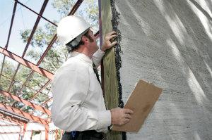Baumängel sollten nicht einfach hingenommen, sondern durch das Einschalten eines Baugutachters dokumentiert werden.