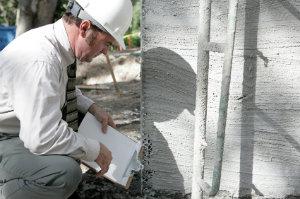 Wer in seinem Traumhaus einen offensichtlichen Baupfusch entdeckt, sollte sofort einen Baugutachter hinzuziehen.