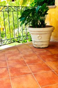Risse, Feuchtigkeit und Rost am Balkon deuten auf eine notwendige Balkonsanierung hin.