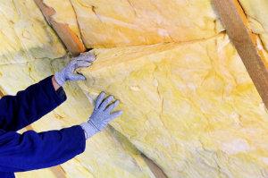 Mit einer Dachsanierung im Altbau lässt sich eine bessere Wärmedämmung erreichen und bares Geld sparen.