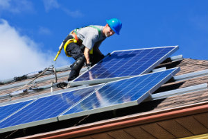 Solaranlagen liefern Strom für das eigene Haus und Einnahmen durch den Anschluss ans öffentliche Stromnetz.