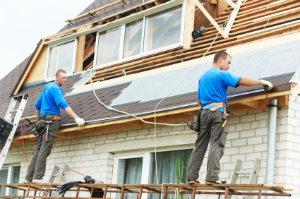 Eine Steildachsanierung ist eine Aufgabe für einen professionellen Dachdecker.