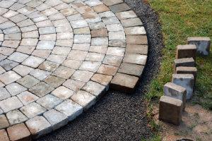 Risse und Feuchtigkeit an der Terrasse sind deutliche Anzeichen für eine erforderliche Terrassensanierung.