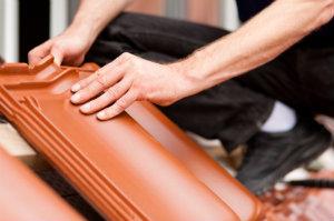 Dachziegel erneuern ist die Aufgabe eines Dachdecker bei der Dachziegelsanierung.
