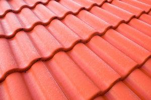 Wer sein Dach beschichten lassen will, sollte ausschließlich professionellen Dachdeckerbetrieben vertrauen.