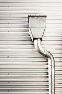 Anlagen zur Dachentwässerung sollten ausschließlich von ausgebildetem Fachpersonal angebracht werden - die Unfallgefahr für Heimwerker ist schlicht zu groß.