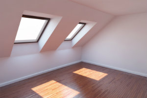 Eine korrekt durchgeführte Dachfenstermontage hinterlässt immer ein wasserdichtes, gut gedämmtes Dach.