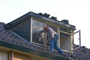 Professionelle Dachdeckebetriebe können eine passende Dachgaube bauen und am Dach einsetzen.