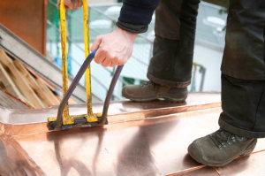 Einwandfreie Dachklempnerarbeiten können nur von einem Dachdeckerbetrieb fachgerecht ausgeführt werden.