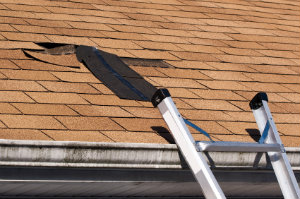 Anfallende Dachreparaturen sollten von einem professionellen Dachdecker erledigt werden. Unsachgemäß verarbeitete Dachschindeln können zu Wasserschäden führen.