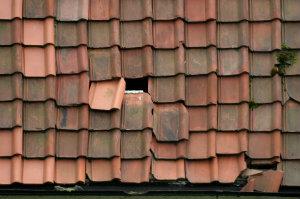 Auch schwere Beschädigungen können durch professionell ausgeführte Dachreparaturen behoben werden.