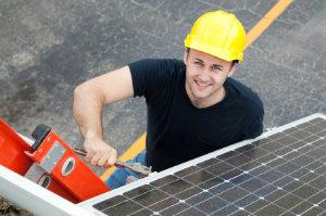 Wer bei einer Dachsanierung Kosten und Zeitaufwand richtig abschätzen will, sollte sich an seinen Dachdecker wenden.