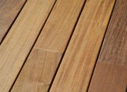 Die älteste Form des Holzbodens ist der Dielenboden.