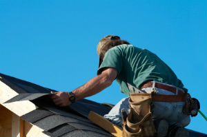 Ein zugelassener Dachdeckerbetrieb liefert einwandfreie Ergebnisse .