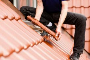 Ein solider Dachdeckermeisterbetrieb gewährleistet stets einwandfreie Arbeitsergebnisse .