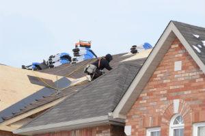 Bei der Dachdecker-Suche nichts überstürzen: Hauptsache, das Arbeitsergebnis ist einwandfrei.
