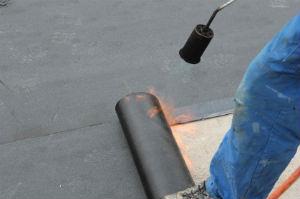 Flachdacheindeckung mit Bitumen-Schweißbahnen.