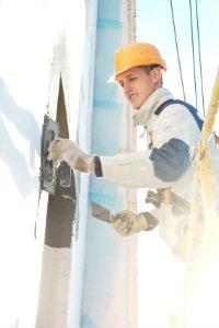 Eine Fassadenrenovierung kann Kosten verursachen, die im vorhinein nicht ersichtlich sind. Professionelle Hilfe in Anspruch zu nehmen ist immer eine gute Idee.