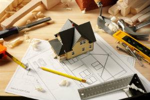 Die Renovierungskosten eines großen Hauses lassen sich am effektivsten drücken, indem ein kompetenter Fachmann engagiert wird.