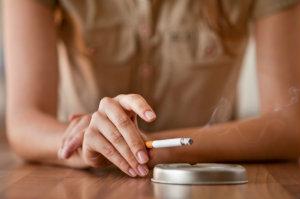 Rauchgeruch zu entfernen ist nicht so leicht wie gemeinhin angenommen wird - wenn der Rauchgeruch nachhaltig entfernt werden soll, muss ein Fachmann engagiert werden.