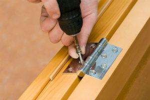 Wer seine Türen renovieren will, ist mit der Einstellung eines professionellen Malers immer gut beraten.