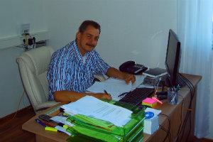 Dachdeckermeister Dirk Wienert hat eine vielseitige Ausbildung genossen und kann seinen Kunden daher auch eine breite Palette an Leistungen anbieten.