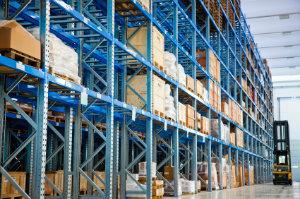 Viele Umzugsunternehmen bieten eine Zwischenlagerung von Möbeln in ihren Firmenhallen an.