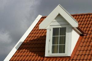 Stehende Dachfenster bieten mehr Wohnraum, da sie zusätzlich über eine Gaube verfügen.