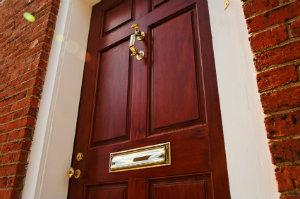 Für die neue Haustür sollte man viele Angebote vergleichen.