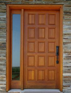 Eigentümer profitieren von Haustüren mit Seitenteil, da diese auch mit einem Briefkasten kombiniert werden können.