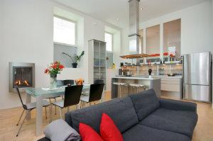 Bewohner, die auf eine offene Küche setzen, sollten in geräuscharme Küchengeräte investieren, um die Lautstärke zu minimieren.