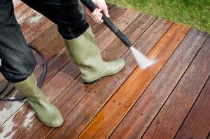 Eine Terrassenreinigung kann den Wert der Terrasse steigern.