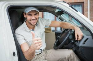 Umzugshelfer im Transporter unterstützt beim Umzug.