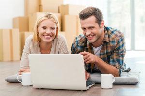 Junges Paar macht online einen Umzugspreisvergleich.