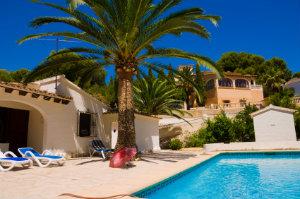 Wer ins Ausland ziehen oder dort ein Ferienhaus erwerben möchte, sollte sich die Dienste eines Auslandsimmobilienmaklers zunutze machen.