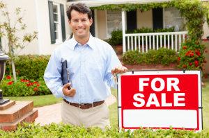 Einen Grundstücksmakler mit der Vermittlung eines Grundstücks zu beauftragen kann viel Geld und Zeit sparen.