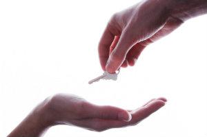 Wer eine Haushälfte zu verkaufen hat, kann durch die Inanspruchnahme eines Maklers viel Zeit, Geld und Nerven sparen.