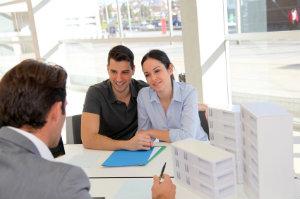 Das Immobilienmaklerbüro ist für die Vermittlung von Kauf- und Mietimmobilien zuständig.