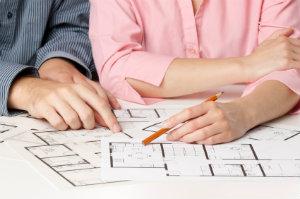 Wer ein Mehrfamilienhaus verkaufen will, sollte sich an einen Immobilienmakler wenden.