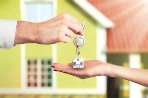Ein Wohnungsmakler übernimmt die Vermittlung von Immobilien und kann dem Kunden dadurch viel Arbeit abnehmen.