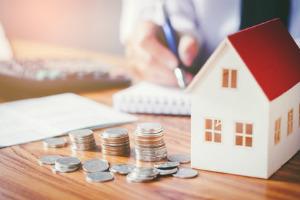 Wer ein Einfamilienhaus verkaufen will, sollte sich idealerweise an einen Makler wenden.