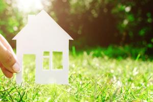 Einen Grundstücksmakler mit der Vermittlung eines Grundstücks zu beauftragen, kann viel Geld und Zeit sparen.