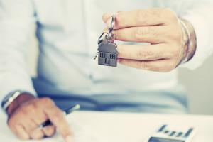 Wer ein geerbtes Haus verkaufen will, sollte einen Immobilienmakler einschalten.